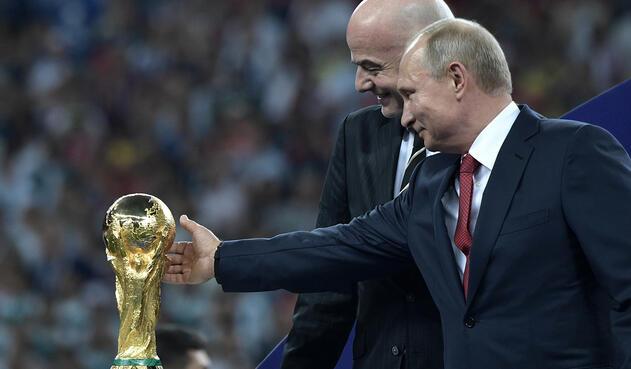 Gianni Infantino, presidente de la FIFA, y Vladimir Putin (mandatario ruso) en el Estadio Luzhniki de Moscú, el 15 de julio de 2018, luego del Francia vs Croacia