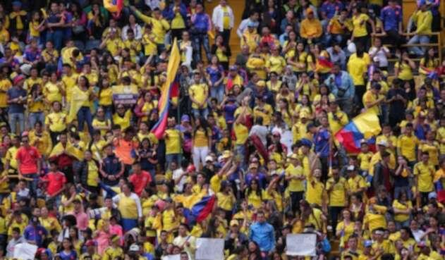 Hinchas colombianos listos para el recibimiento de la 'Tricolor'