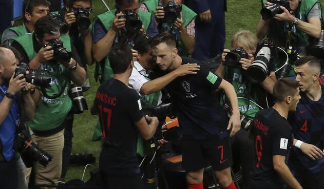 Ivan Rakitic abraza al fotógrafo Yury Cortez tras ser embestido