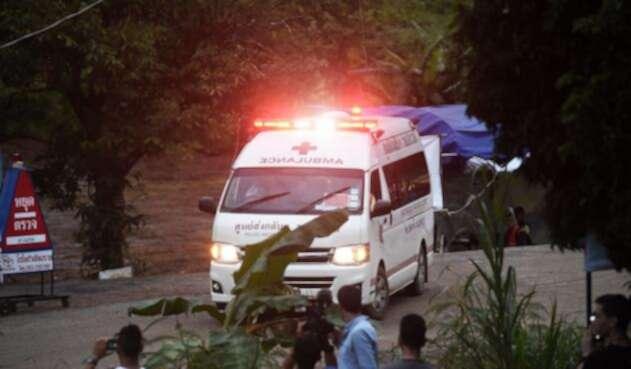 Ambulancia que ayuda a evacuación de niños de la cueva de Tailandia