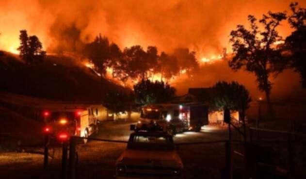 Un total de 1.555 estructuras, incluidas 1.060 residencias, sucumbieron por el incendio.