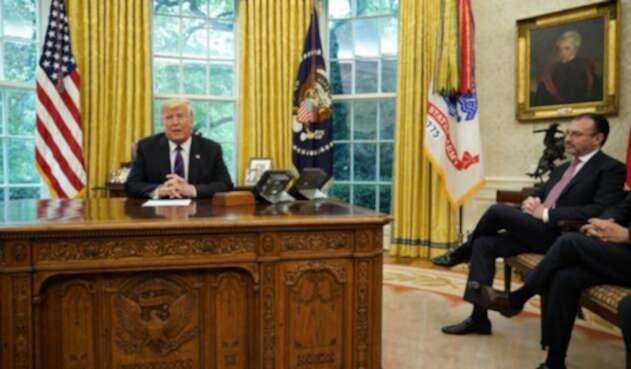 Donald Trump en el Salón Oval de la Casa Blanca, acompañado del canciller mexicano, Luis Videgaray.