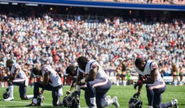 Arrodillados, alzando el puño, sentados en los banquillos o esperando en los vestuarios, los jugadores protestan en la NFL.