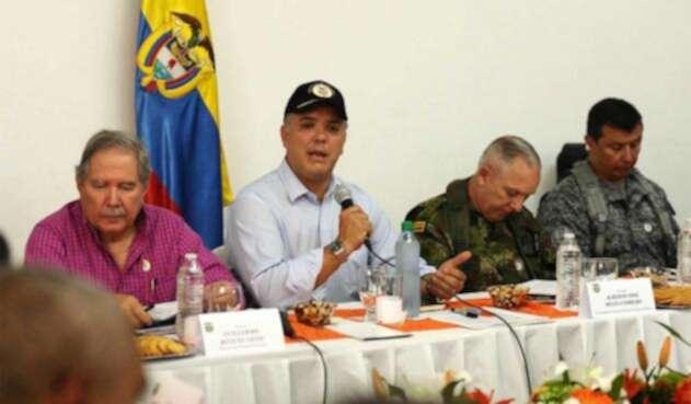 Iván Duque acompañado por el ministro de Defensa y el comandante general de las Fuerzas Militares.