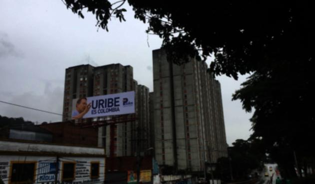 Esta valla con la imagen del senador Álvaro Uribe fue instalada en la Avenida Oriental, Centro de Medellín.