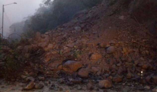 Vía al Llano, bloqueada por derrumbes