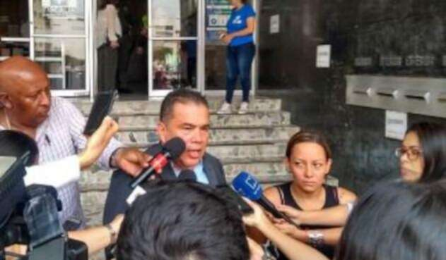 Claudia Ximena Orozco al salir de la Fiscalía en compañía de su abogado