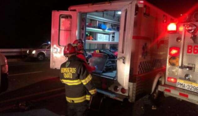 Autoridades atendiendo el accidente de bus en Ecuador