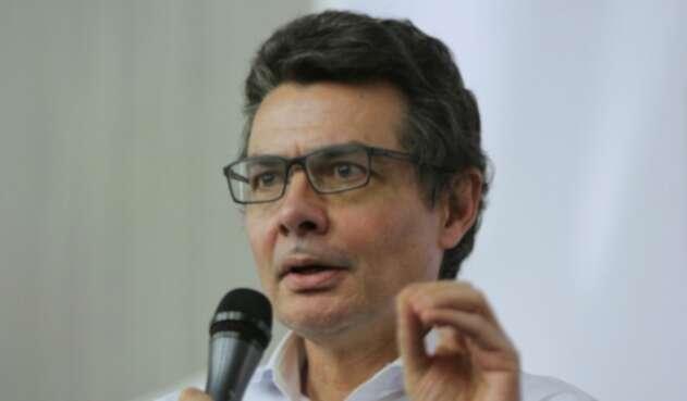 Alejandro Gaviria dejó el ministerio de Salud con una emotiva carta que incluyó un madrazo