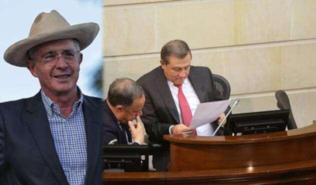 Álvaro Uribe (izq) y Ernesto Macías revisando un documento