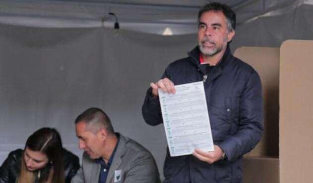 Armando Benedetti votando la consulta anticorrupción