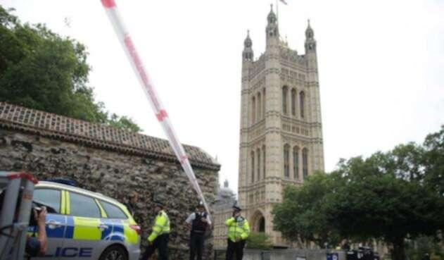 Conductor que chocó contra el parlamento británico es investigado por terrorismo