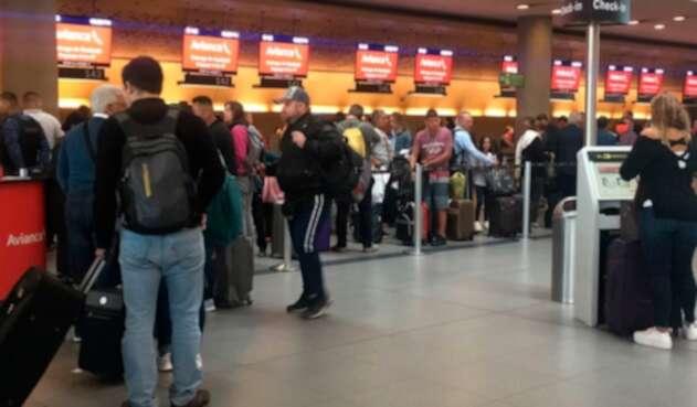 Los pasajeros de Avianca en el aeropuerto El Dorado, en Bogotá