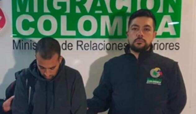 El israelí Bonen Asaf, a la izquierda, deportado a Colombia