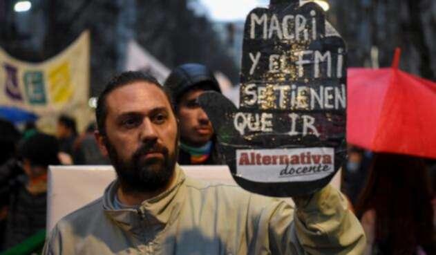 Ciudadanos en Buenos Aires protestan contra las políticas económicas de Mauricio Macri, presidente de Argentina
