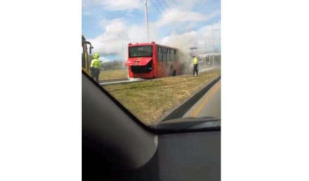 Así se ve el bus de Transmilenio en riesgo de llamas en la NQS