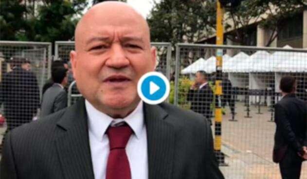 Carlos Lozada, senador del partido Farc, denunciando que no lo dejaron ingresar a la posesión de Iván Duque