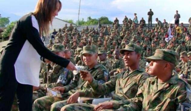 Ciencióloga capacita a soldados