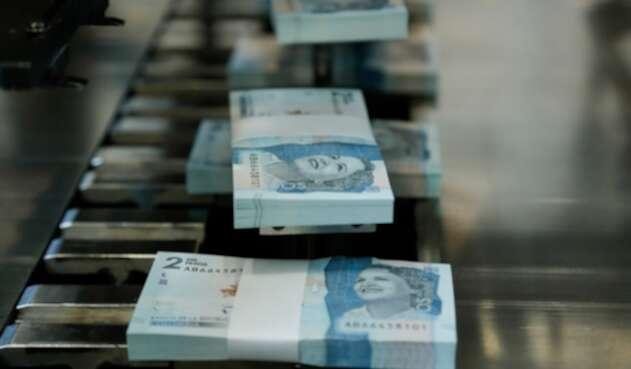 Paquetes de billetes de dos mil pesos colombianos
