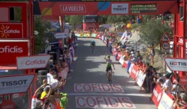 Benjamin King cruzando la meta de la cuarta etapa de La Vuelta