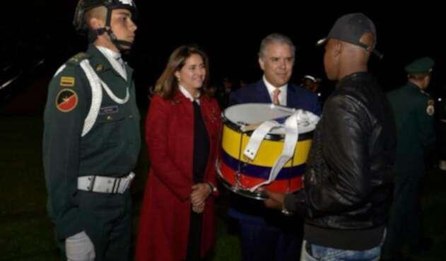 El Jefe de Estado, Iván Duque, en compañía de su esposa, María Juliana Ruiz, en la Escuela Militar de Cadetes José María Córdova, en Bogotá, entregando instrumentos a los jóvenes de la banda de Magüi Payán