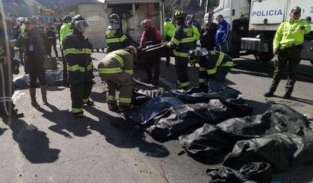 Autoridades registran cuerpos de fallecidos en el accidente de bus en Ecuador