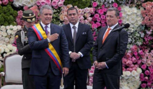 El presidente de la República, Iván Duque, y Ernesto Macías, presidente del Congreso, en la Plaza de Bolívar de Bogotá