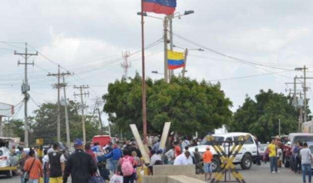 Centenares de venezolanos atraviesan la frontera para buscar una mejor vida en Colombia
