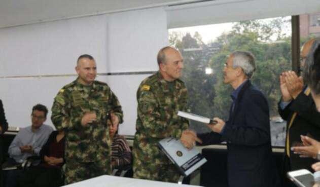 El general Alberto Mejía, comandante de las Fuerzas Militares, junto con el padre Francisco de Roux, presidente de la Comisión de la Verdad, en Bogotá