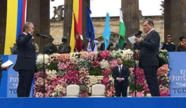 Iván Duque tomó su juramento ante el presidente del Senado, Ernesto Macías