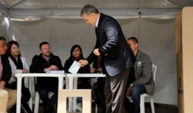 El presidente Iván Duque votando la consulta anticorrupción