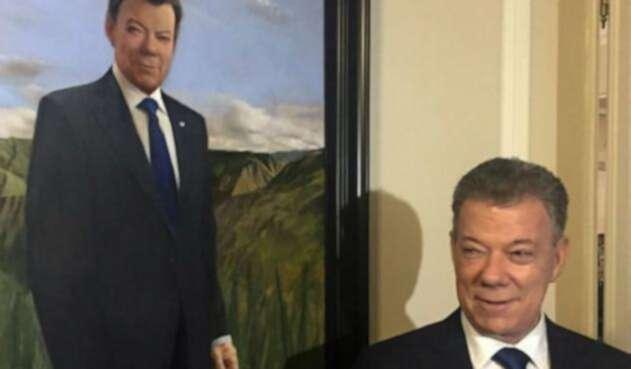 Juan Manuel Santos, junto a la pintura que lo identifica como expresidente en la Casa de Nariño