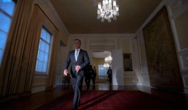El expresidente Juan Manuel Santos saliendo de la Casa de Nariño