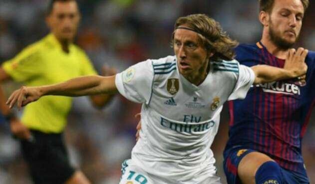 Luka Modric e Iván Rakitic en un clásico entre Real Madrid y Barcelona