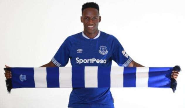 Yerry Mina posando con la camiseta de Everton, su nuevo equipo