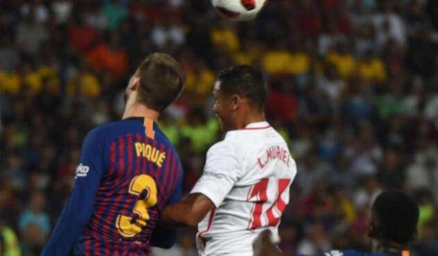 Luis Fernando Muriel y Gerard Piqué disputan un balón en la Supercopa de España