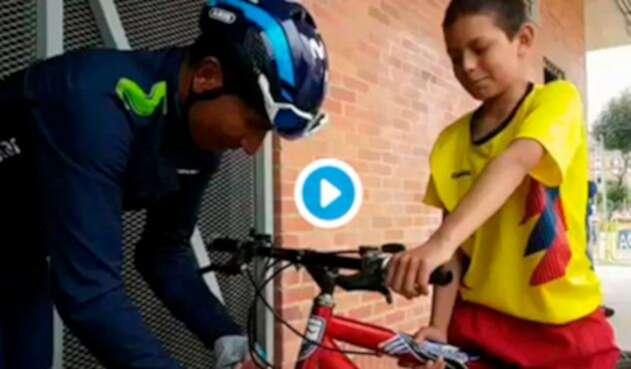 Nairo Quintana, ciclista colombiano al servicio de Movistar Team, conversando con un niño