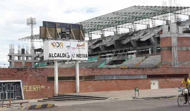 Estadio Guillermo Plazas Alcid de Neiva dos años después de la interrupción de las obras de remodelación