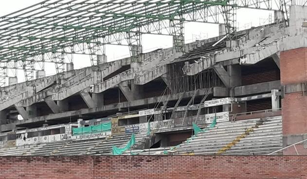Tribuna occidental del Estadio Guillermo Plazas Alcid de Neiva dos años después de la caída de parte de su estructura