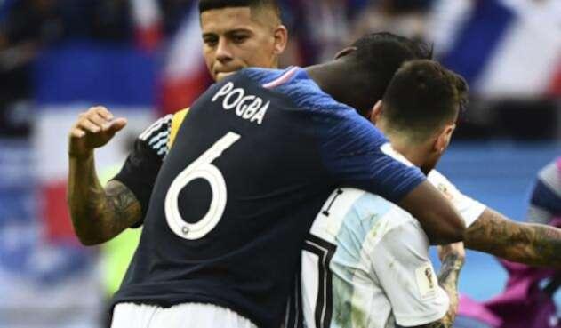 Pogba abrazando a Messi en el Francia vs Argentina en Rusia 2018