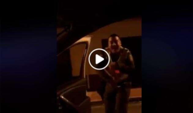 Un integrante de la Policía Nacional bailando In My Feelings Challenge