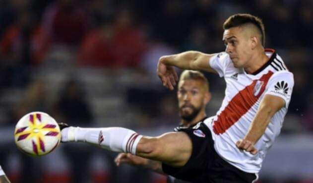 Rafael Santos Borré ataca el balón en una jugada durante el partido ante Racing por la Copa Libertadores