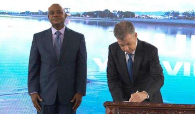 En la firma del decreto estuvo presente el ministro de Ambiente Luis Gilberto Murillo