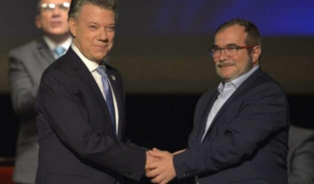 Santos y Timochenko en la firma del acuerdo de paz