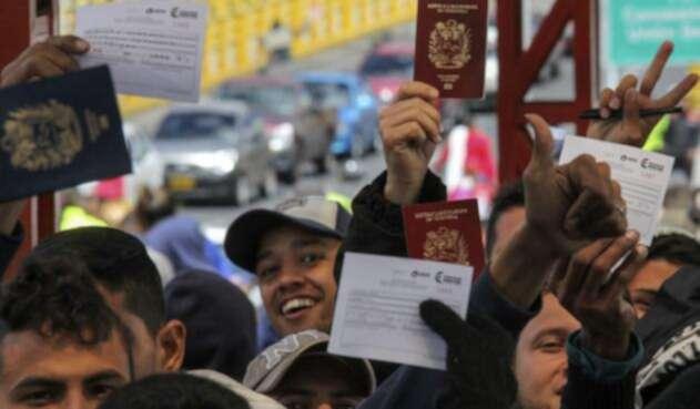 Venezolanos presentando su pasaporte