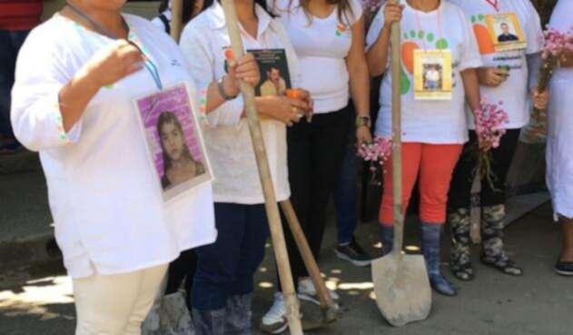 Con palas y picos prometieron buscar con sus propias manos a sus seres queridos en La Escombrera de la Comuna 13 de Medellín.