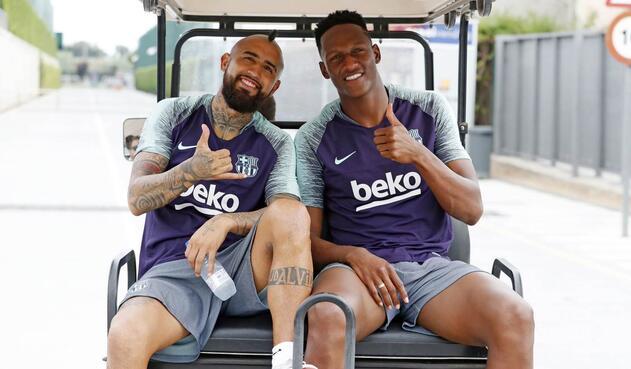 Arturo Vidal y Yerry Mina en un entrenamiento del FC Barcelona
