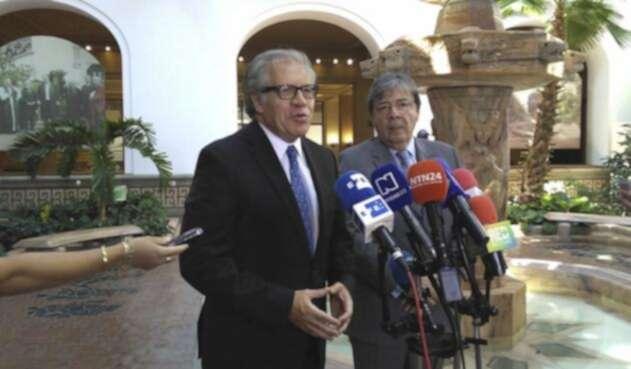 Luis Almagro, y el canciller, Carlos Holmes Trujillo.