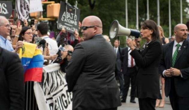 Nikki Haley con manifestantes venezolanos en la ONU.