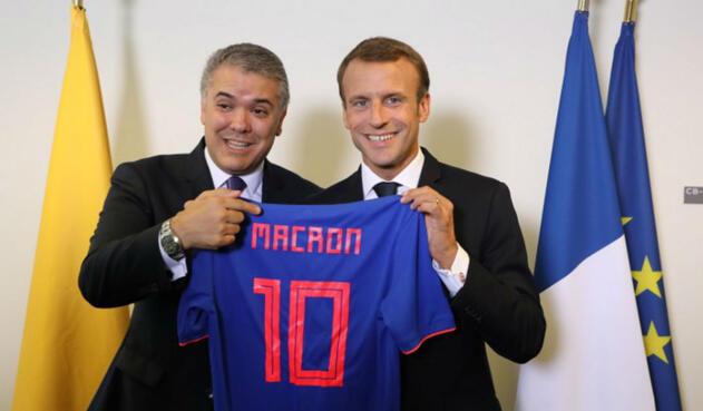 Iván Duque y Emmanuel Macron con la camiseta de Colombia